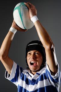 ラグビーボールを持った男性の写真素材 [FYI01875807]