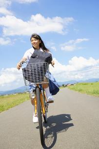自転車に乗る女子中学生の写真素材 [FYI01876041]