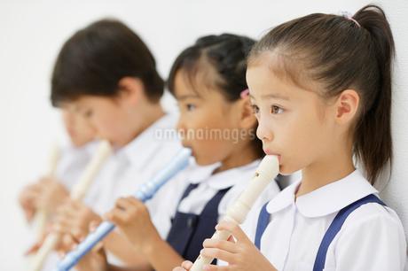 縦笛を吹く小学生の写真素材 [FYI01876104]