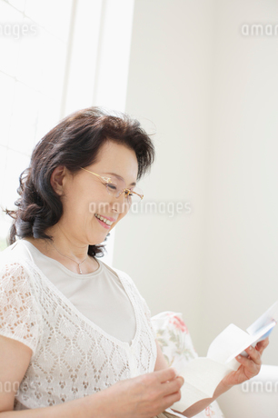 手紙を読む中年女性の写真素材 [FYI01876213]