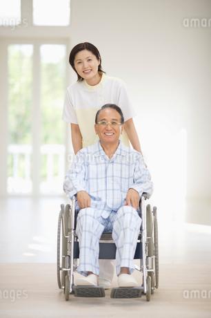 車椅子に乗った患者と女性介護師の写真素材 [FYI01876247]
