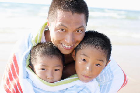 タオルに包まる父と子の写真素材 [FYI01876339]