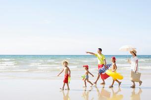 波打ち際を歩く家族の写真素材 [FYI01876388]