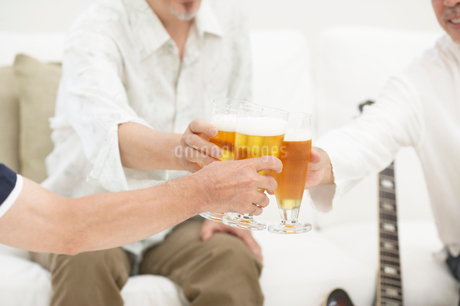 乾杯するシニア男性たちの写真素材 [FYI01876579]