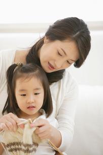 母親と編み物をする女の子の写真素材 [FYI01876648]