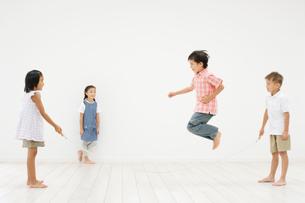 縄跳びをする子供達の写真素材 [FYI01876693]