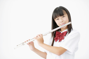 楽器を演奏する女子中学生の写真素材 [FYI01876983]
