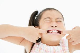 口を横に広げた女の子の写真素材 [FYI01877076]
