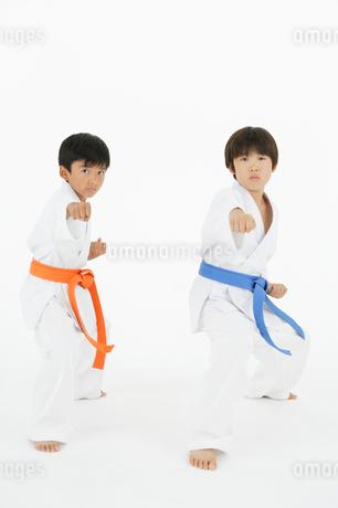 空手をする二人の男の子の写真素材 [FYI01877277]