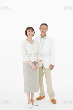 笑顔で寄り添う中年男女の写真素材 [FYI01877314]