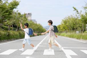 横断歩道の二人の男の子の写真素材 [FYI01877318]