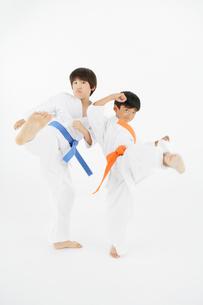 空手をする二人の男の子の写真素材 [FYI01877391]