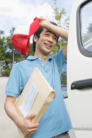 配達業務の男性の写真素材 [FYI01877396]