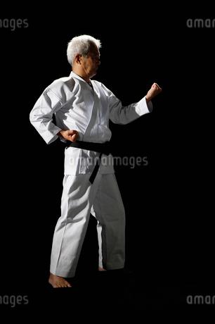 構えをする中高年の男性の写真素材 [FYI01877712]
