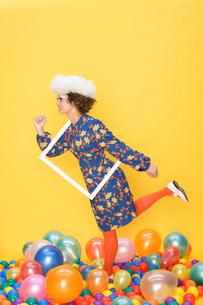 走るポーズの女性の写真素材 [FYI01877753]
