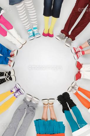 若者男女の足元の写真素材 [FYI01877890]