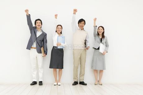 腕を高く上げた男女の写真素材 [FYI01877913]