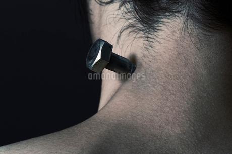 男性の首筋とボルトの写真素材 [FYI01877974]