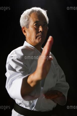 構えをする中高年の男性の写真素材 [FYI01878212]
