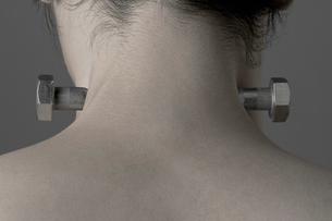 男性の首筋とボルトの写真素材 [FYI01878235]