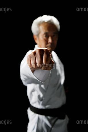 パンチをだす男性の手のアップの写真素材 [FYI01878266]