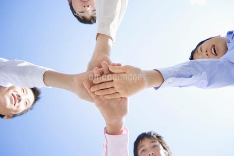 手を重ねる男の子達の写真素材 [FYI01878376]