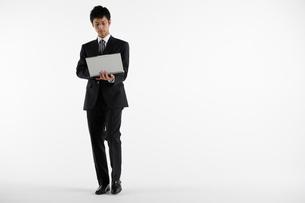 立ち姿のビジネスマンの写真素材 [FYI01878395]