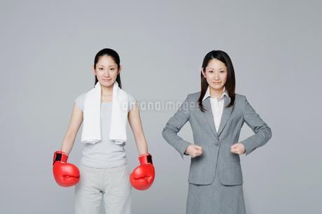 凛々しい二人の女性の写真素材 [FYI01878473]