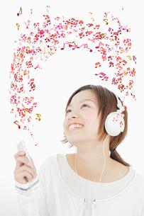 ヘッドフォンをした女性の写真素材 [FYI01878601]