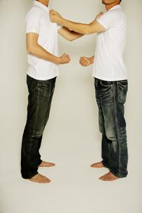 Tシャツ姿の男性の写真素材 [FYI01878676]