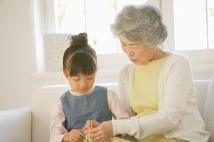 祖母と孫の写真素材 [FYI01878704]