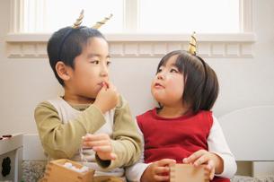 鬼の角をつけた子供の写真素材 [FYI01878740]