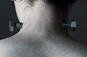 男性の首筋とボルトの写真素材 [FYI01878749]
