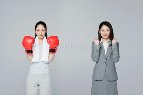 凛々しい二人の女性の写真素材 [FYI01878773]