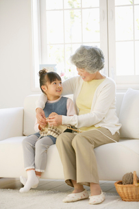 祖母と孫の写真素材 [FYI01878810]
