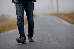 道を歩く男性の足元の写真素材 [FYI01878963]