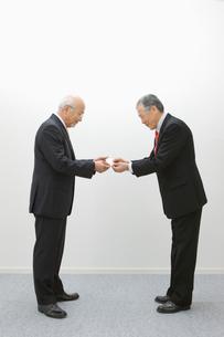 名刺交換するビジネスマンの写真素材 [FYI01879121]