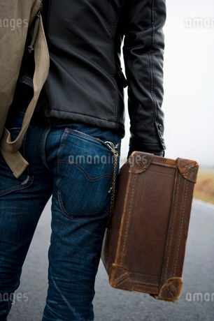 トランクを持った男性の後ろ姿の写真素材 [FYI01879151]
