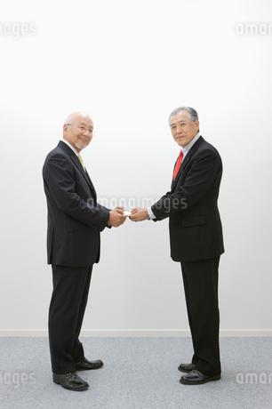 名刺交換するビジネスマンの写真素材 [FYI01879175]