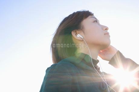 音楽を聴く女性の写真素材 [FYI01879198]