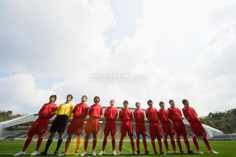 サッカー場に並んで立つ選手の写真素材 [FYI01879433]