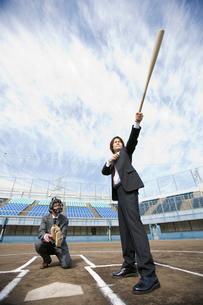 バットを構えるビジネスマンの写真素材 [FYI01879446]