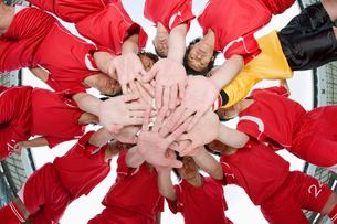 円陣を組んで手を重ねるサッカー選手の写真素材 [FYI01879593]