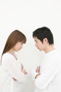 にらみ合うカップルの写真素材 [FYI01879715]
