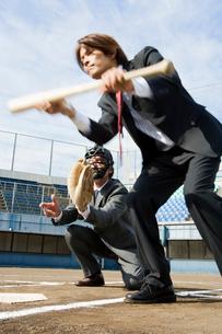 バットを構えるビジネスマンの写真素材 [FYI01879741]