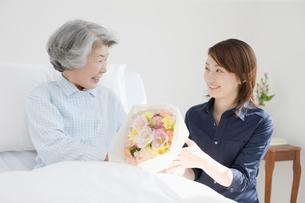 入院患者とお見舞いの女性の写真素材 [FYI01879931]