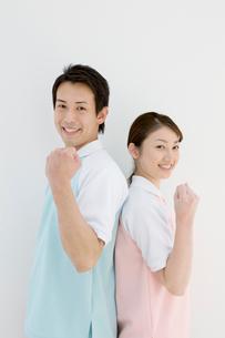 ガッツポーズの介護士男女の写真素材 [FYI01880082]