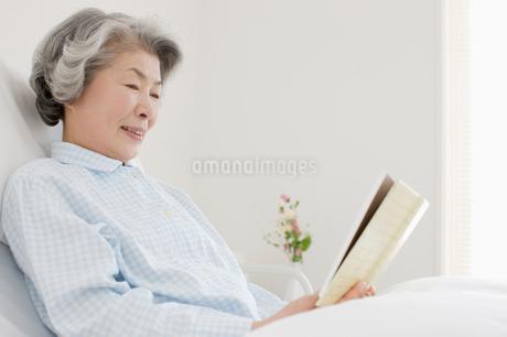 ベッドの入院患者の写真素材 [FYI01880102]