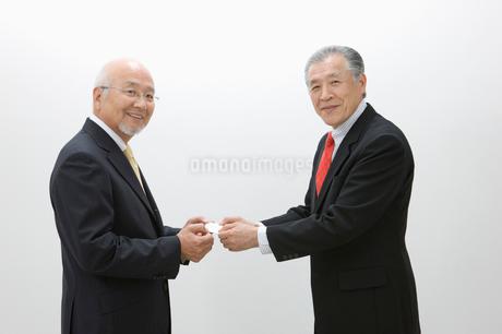 名刺交換するビジネスマンの写真素材 [FYI01880204]