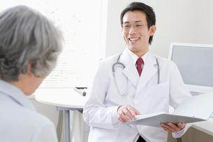 診察室の医師と患者の写真素材 [FYI01880392]